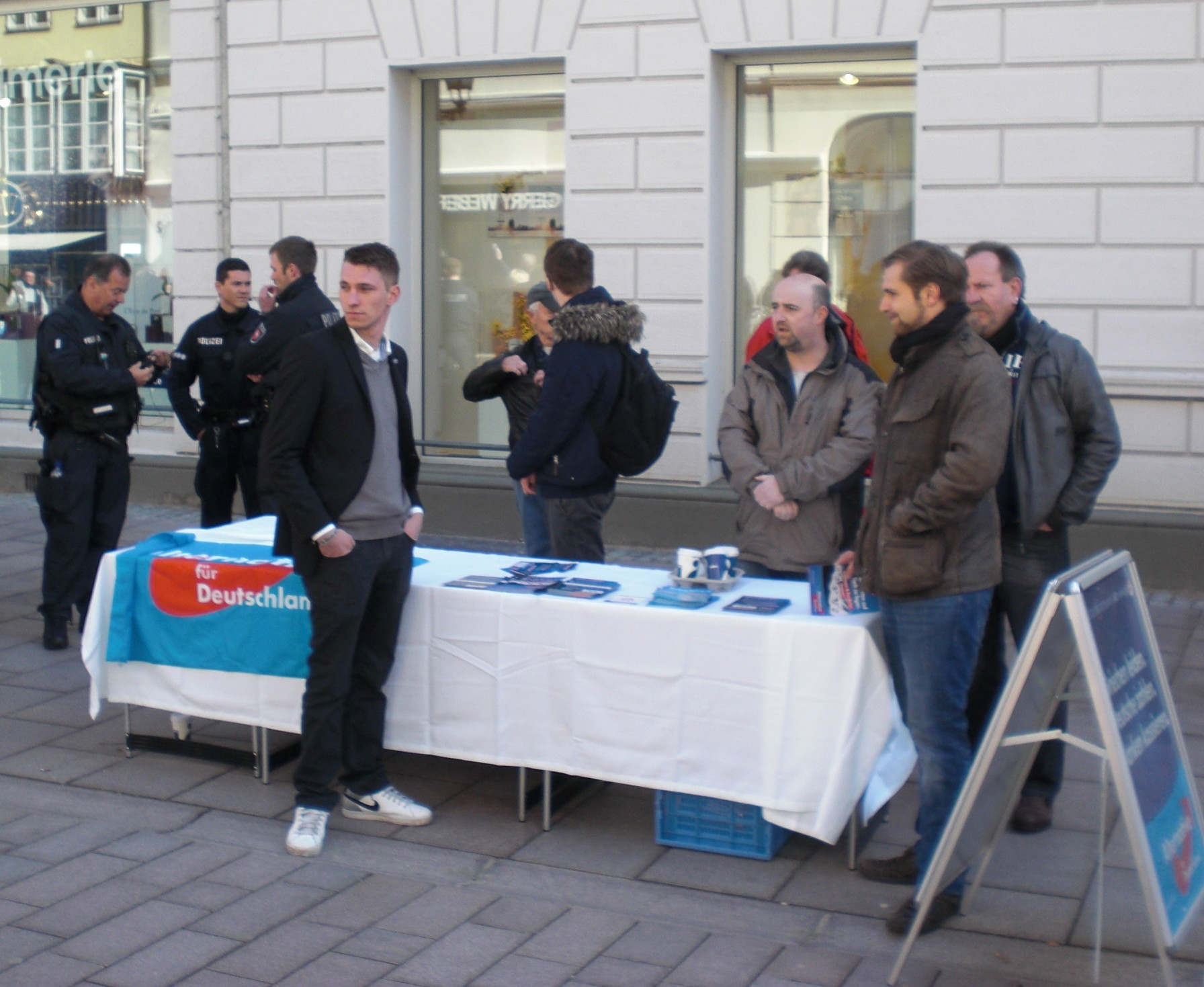 Rüdiger Löper (rechts), Stephan Bothe (2. von rechts), Martin Dingeldey (3.von rechts), Frank Rinck (vor dem Tisch)